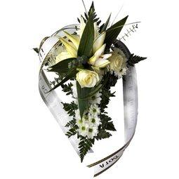 Cruce din flori albe